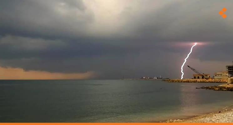 بعد جفاف طويل .. عاصفة وأمطار في الساحل السوري وإغلاق موانئ الصيد والنزهة