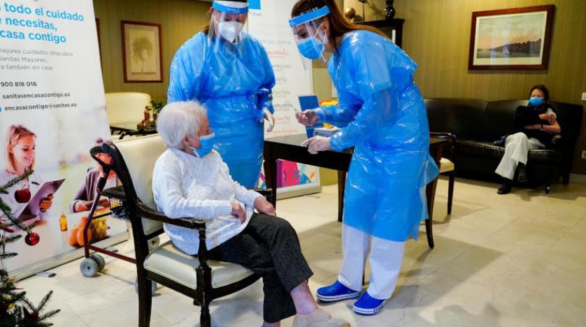 تلقيح المسنين في دار للرعاية.