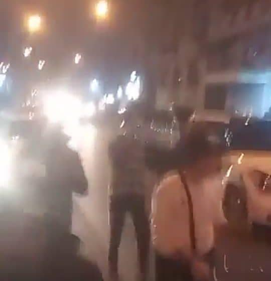 بالفيديو ـ محتجون يغلقون محلات الصيرفة في مدينة طرابلس