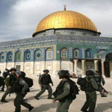 جنود الاحتلال يقتحمون المسجد الأقصى بأعداد كبيرة لتأمين احتفال المستوطنين بالفصح اليهودي