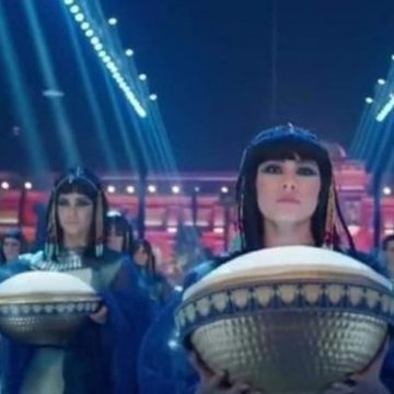 بالصور ـ بعدما خطفت الأنظار .. من هي الحسناء قائدة موكب المومياوات الملكية ؟