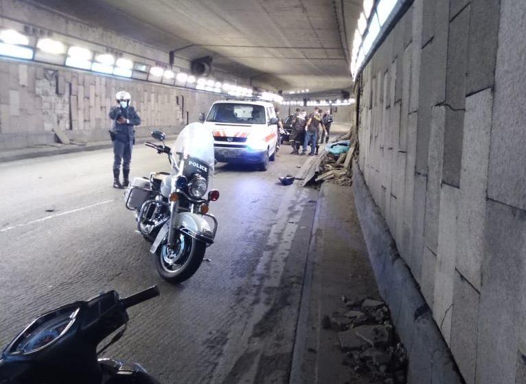 حادث سير في نفق فينيسا جسر فؤاد شهاب أدى لمقتل الشاب و. ش. في العقد الثالث من العمر على دراجة نارية.