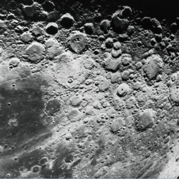 """شاهد القمر """"برؤية خارقة"""": مصوّر فلكي يلتقط صورة لا تصدق لقمرنا!"""